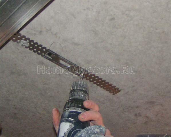 0021 и с помощью самореза и пластикового дюбеля крепим подвес к потолку.