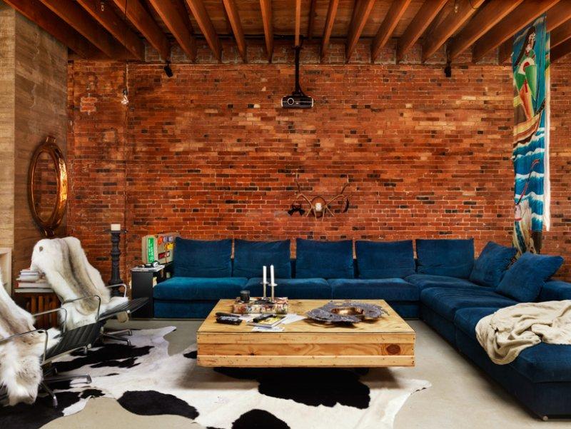 Гостинная в стиле лофт с кирпичной стеной