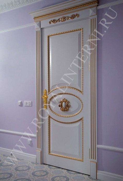 Глория межкомнатная белая дверь с золотым декором