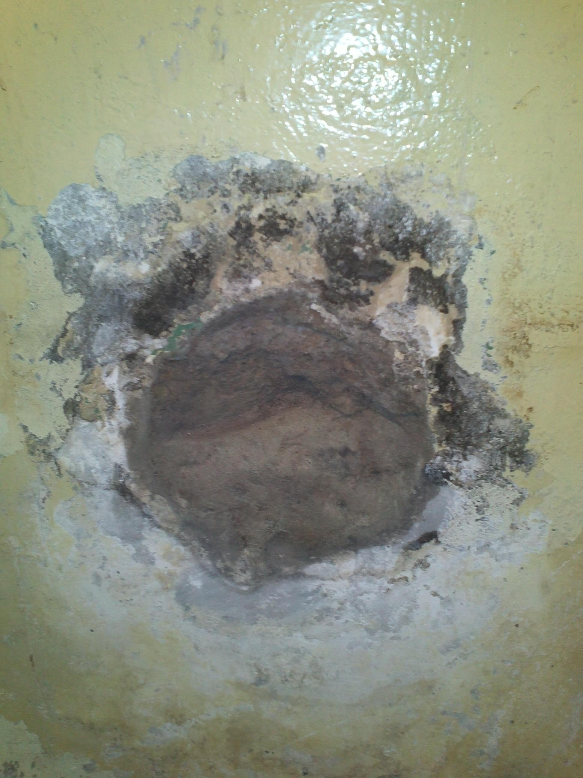 Дырка в стене в туалете