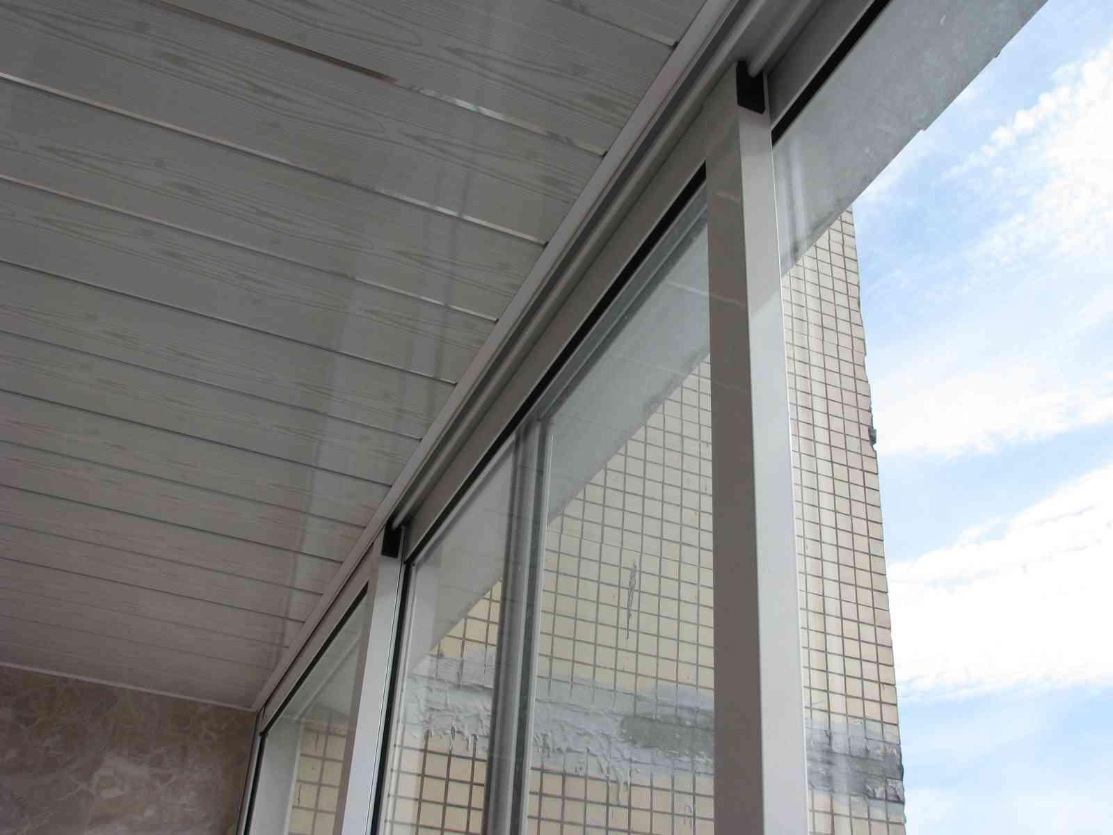 Алюминиевые жалюзи на лоджии окна и остекление школа ремонта.