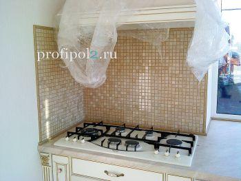 Мраморная мозаика на фартуке кухни