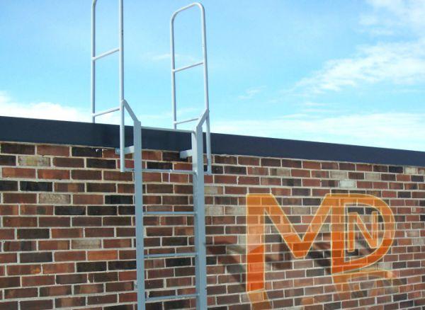 Пристенная фасадная лестница покрытая оцинковкой