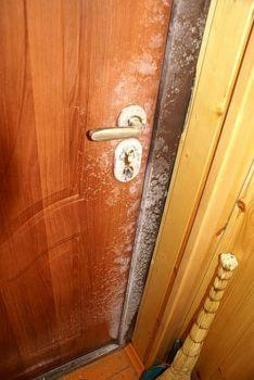 Как победить конденсат на входной двери?