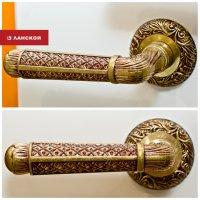 дверные ручки в торговом комплексе Ланской
