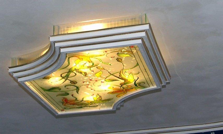 Видно отражённый свет в зеркале на потолке..jpg