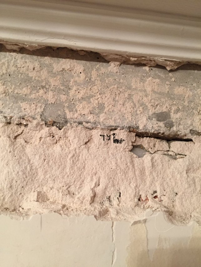 Стена бухтит