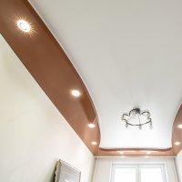 Многоуровневый натяжной потолок в гостиной