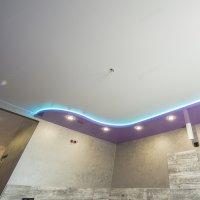 Многоуровневый сатиновый натяжной потолок на кухне